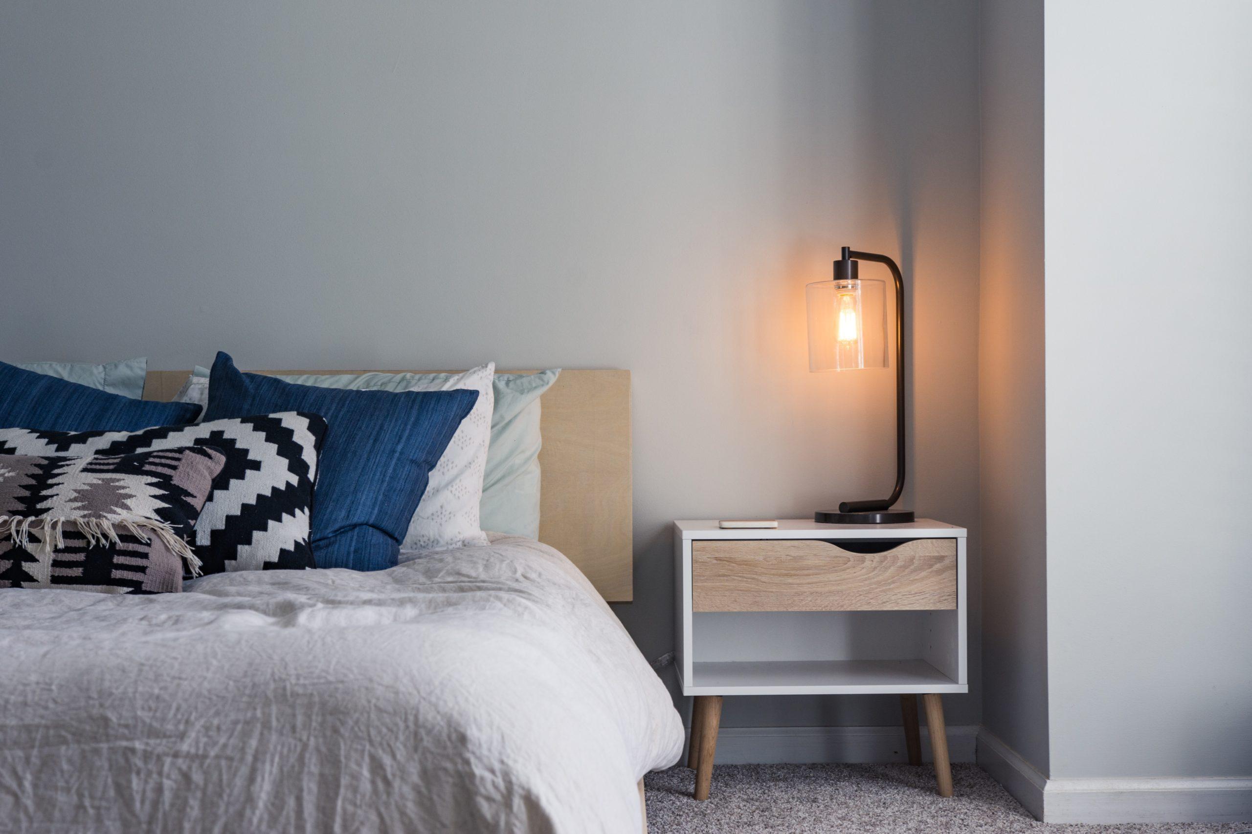 Cómo limpiar el dormitorio en 8 pasos - cama con mesita de noche