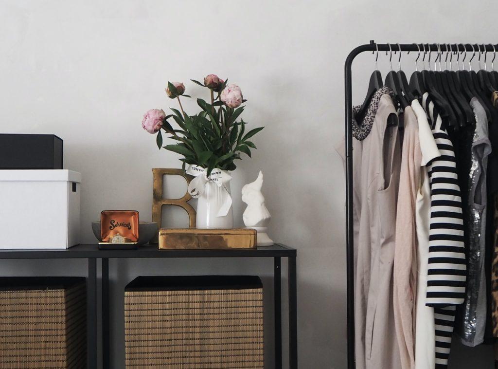 Cómo limpiar el dormitorio en 8 pasos - estanteria y perchero con ropa