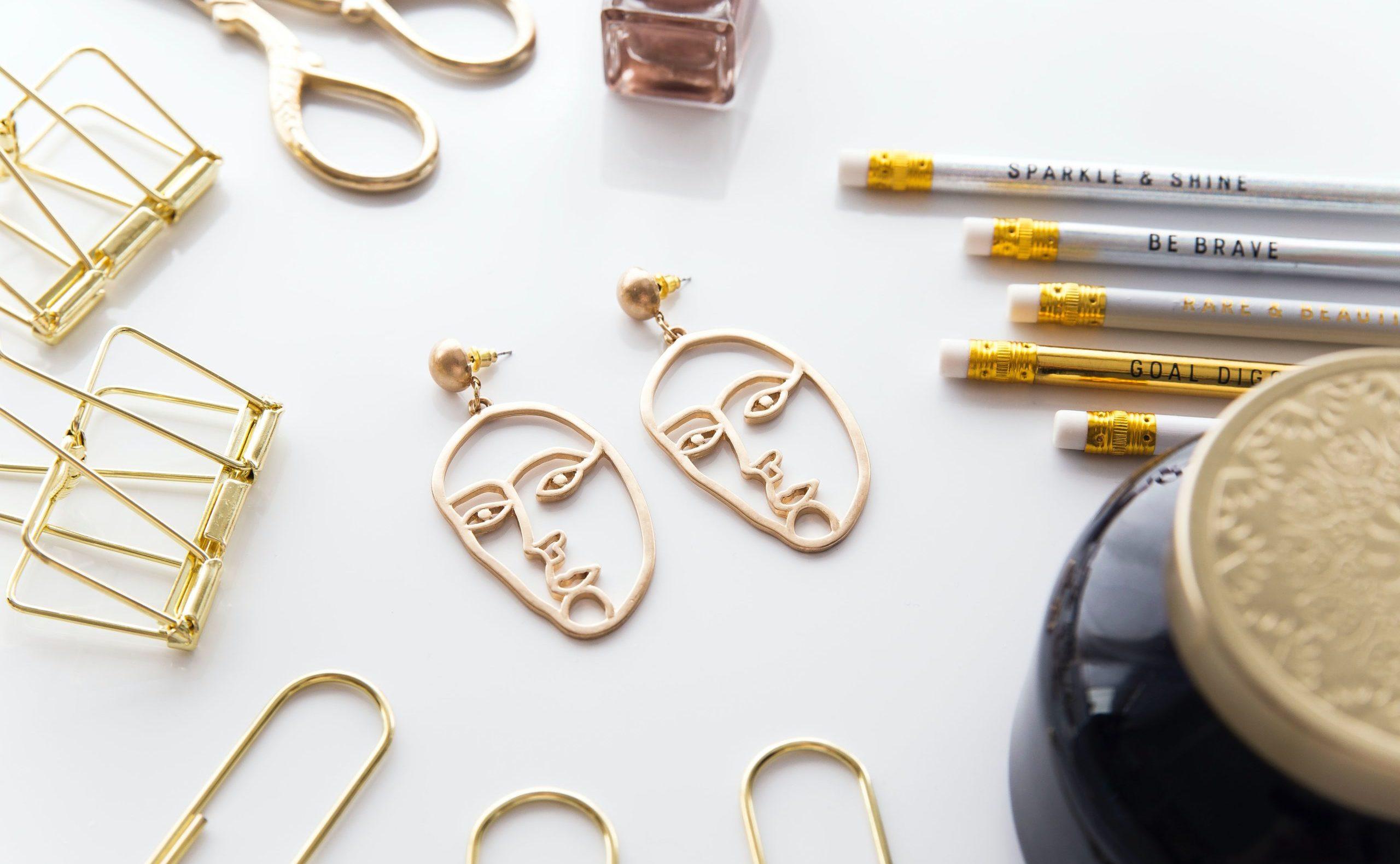 Cómo limpiar el oro - joyas en mesa con detalles dorados