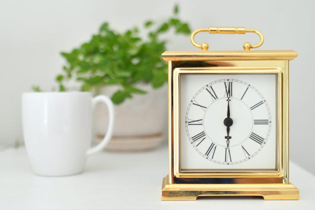Cómo limpiar el oro - reloj con cuadro dorado