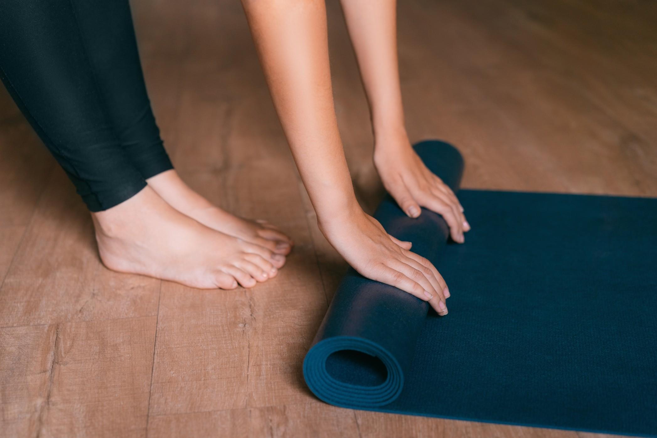 enrollar un mat de yoga limpieza