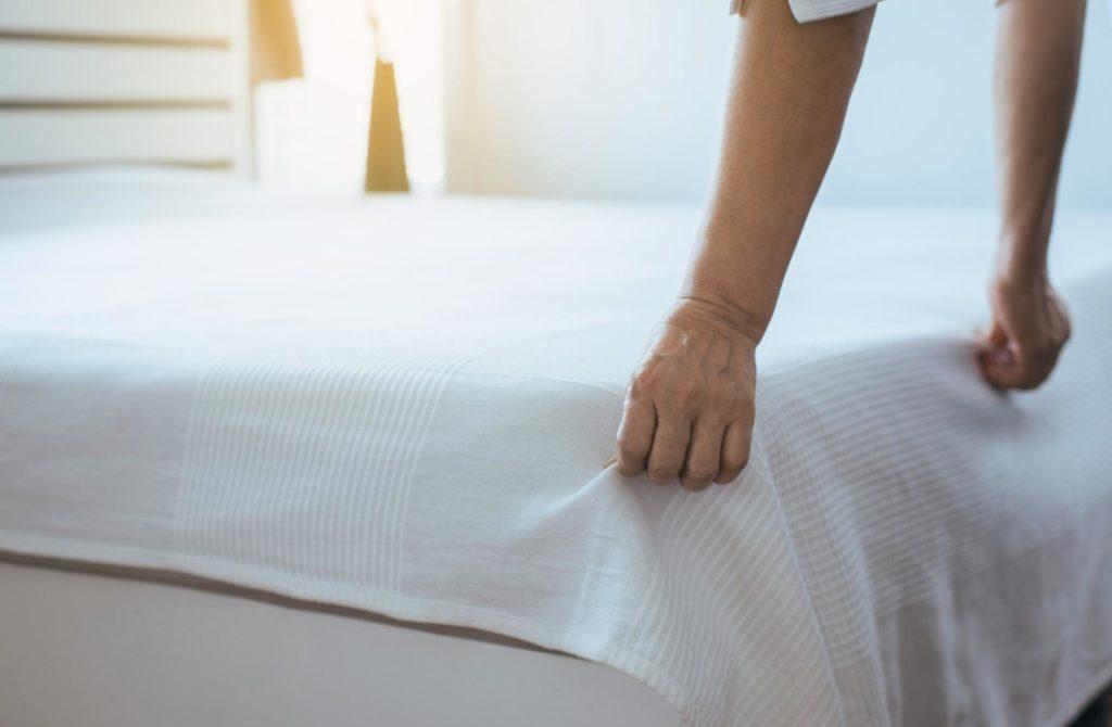 hacer la cama  limpieza colchón